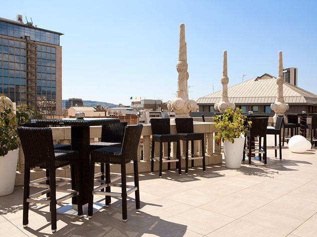 La terraza cuenta con una zona de mesas y sillas para comer o disfrutar de una charla distendida y otra de mesas altas y taburetes, en la que se aprecian mejor las vistas.