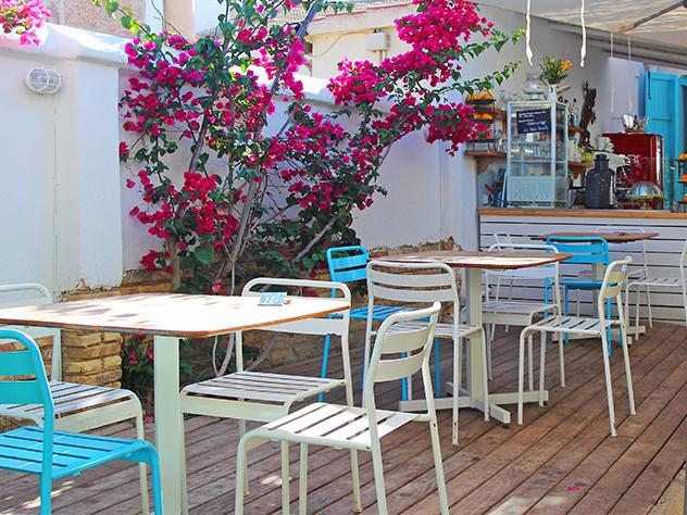 La madera es el material clave de La más bonita, que hace juego con las sillas en blanco y azul y casa a la perfección con el contexto, la playa de la Patacona.