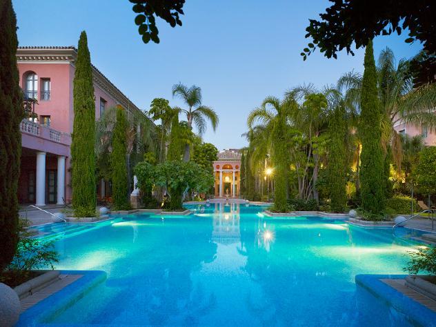 Esta gran piscina rodeada de árboles se convierte en el rincón perfecto tanto de día, momento ideal para darse un refrescante baño y disfrutar de la sombra natural, como de noche, cuando su belleza se muestra en todo su esplendor.