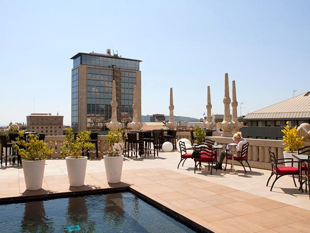 Gracias a sus vistas esta terraza atrae tanto a turistas como a los barceloneses, que atraídos por la panorámica que ofrece este enclave se trasladan hasta allí para inmortalizar la esencia de la ciudad.