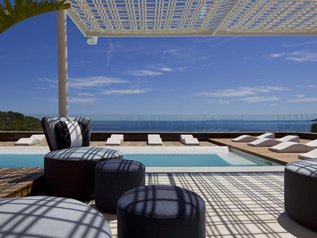 Piscinas, hamacas para tomar el sol y una zona chill out semi cubierta son los ingredientes imprescindibles para disfrutar de estas terrazas con estilo a plena luz del día.