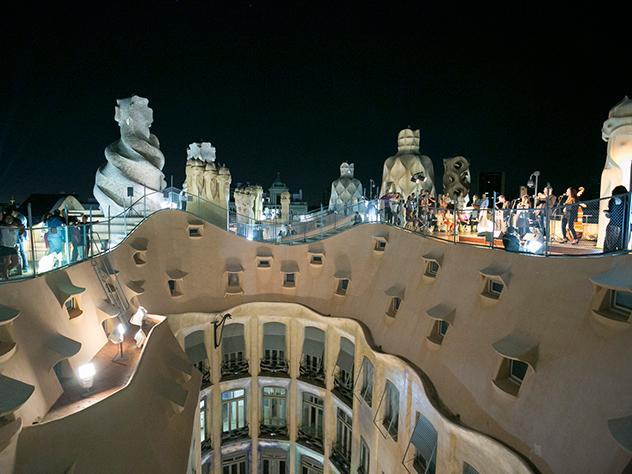 Es cuando cae la noche cuando la terraza de la Pedrera brilla con todo su esplendor. Las formas modernistas del edificio, redondeadas y de líneas caprichosas, crean un ambiente sin igual.