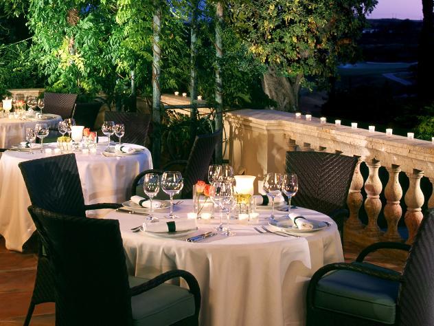 El corte clásico de las barandas se traduce también en el mobiliario exterior y a la hora de vestir la mesa, en la que el protocolo es la prioridad.