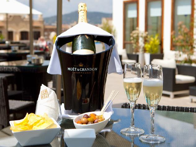 La carta incluye tapas para picar y todo tipo de bebidas, desde champagne hasta cócteles clásicos o de autor.
