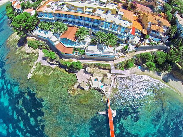 El característico color de las aguas de la Costa Brava y el color blanco, que predomina en este hotel de cinco estrellas de Roses, crean esta estampa de postal.
