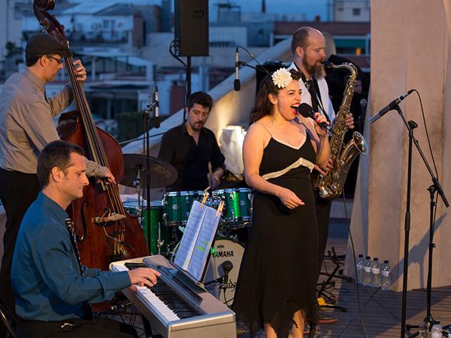 Vistas espectaculares, buen ambiente, una de las azoteas más peculiares de la ciudad condal y jazz en directo. Una combinación que no falla.
