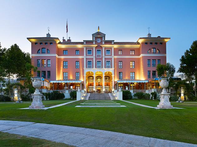 El edificio principal de Villa Padierna Palace Hotel, de aires toscanos, se ilumina al caer la noche poniendo de relieve su espíritu clásico y mostrando así todo su poderío.