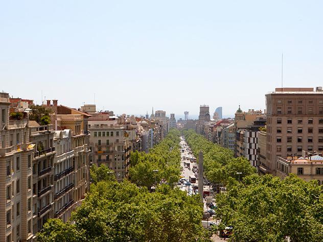 La terraza del Hotel Casa Fuster se llama Mirador del Paseo por las privilegiadas vistas del Paseo de Gracia de Barcelona, una de las avenidas principales de la ciudad y de las más famosas de Cataluña.