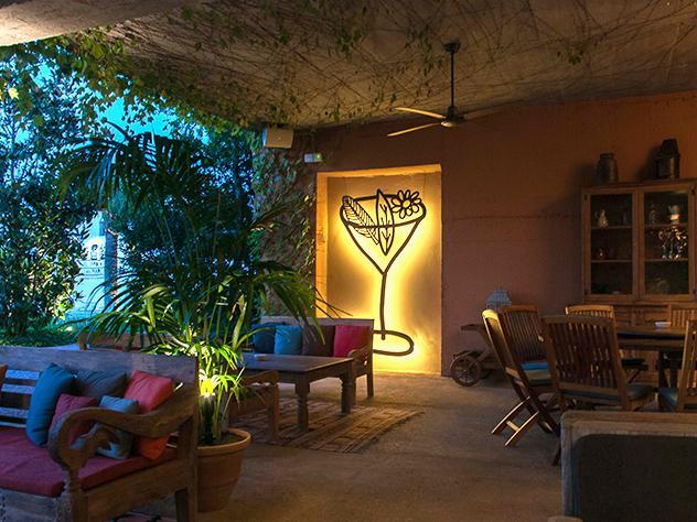 La zona de jardín, el porche de los indianos y otros espacios de exterior conforman un complejo de terrazas con estilo que busca ofrecer al cliente distintos ambientes, cada uno con su propio carácter e identidad.