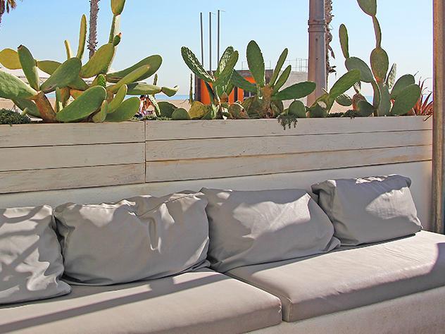 La terraza principal, un espacio abierto encarado al mar, funciona como recepción al local. Los sofás y butacas de estilo mediterráneo resultan toda una tentación para el que camina por el Paseo Marítimo de la Patacona.