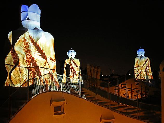 El espectáculo 'The Origins' aprovecha la arquitectura de la azotea de la Casa Milà como soporte para su espectáculo audiovisual.