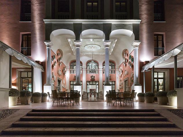 La arquitectura de Villa Padierna Palace Hotel es tan rica que no es necesario recargar el espacio con grandes ornamentaciones. Los muebles de exterior de líneas puras, las luces y la vegetación cumplen con creces el cometido.
