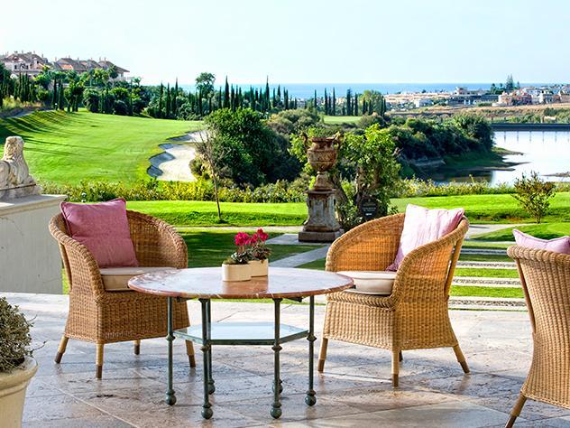 El mobiliario de fibras naturales de una de las terrazas con estilo con vistas al golf casa a la perfección con el paisaje, lleno de armonía y serenidad.