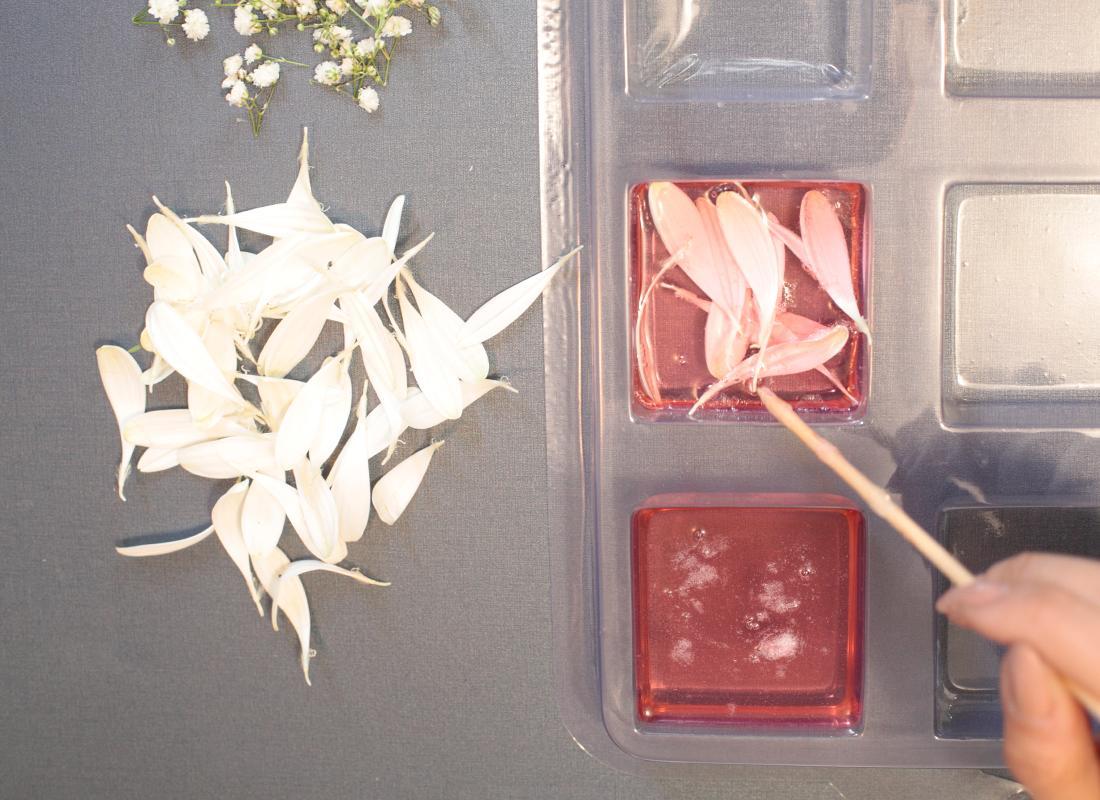 3. Decora con los pétalos, las flores y el romero