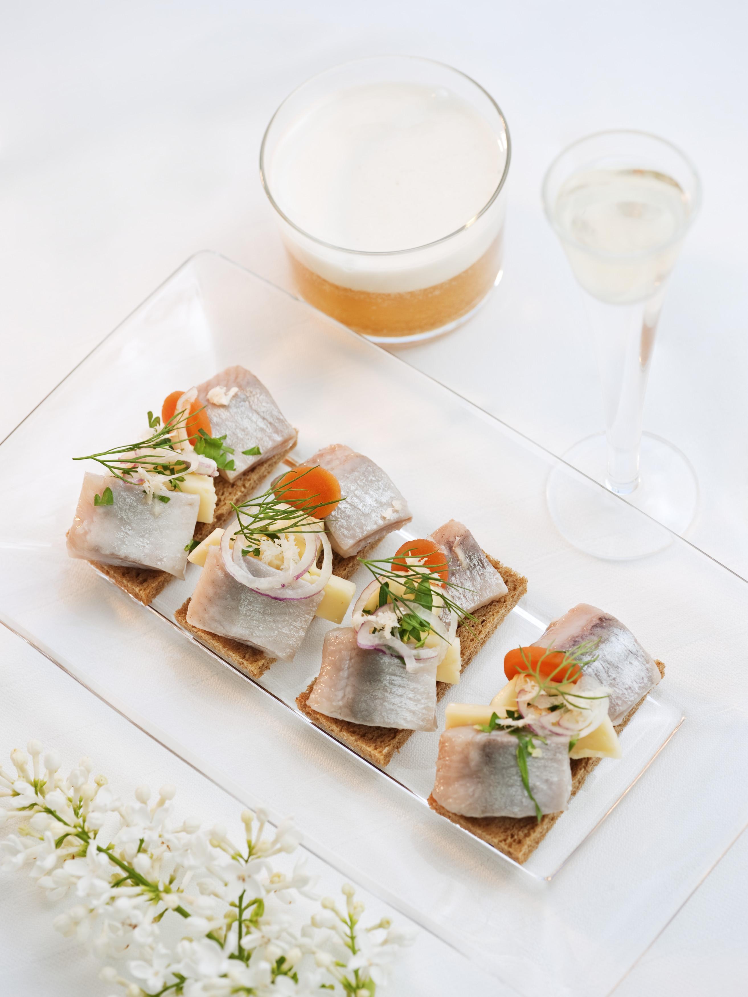 Ninguna celebración del Midsummer sueco está completa sin arenque en vinagre.