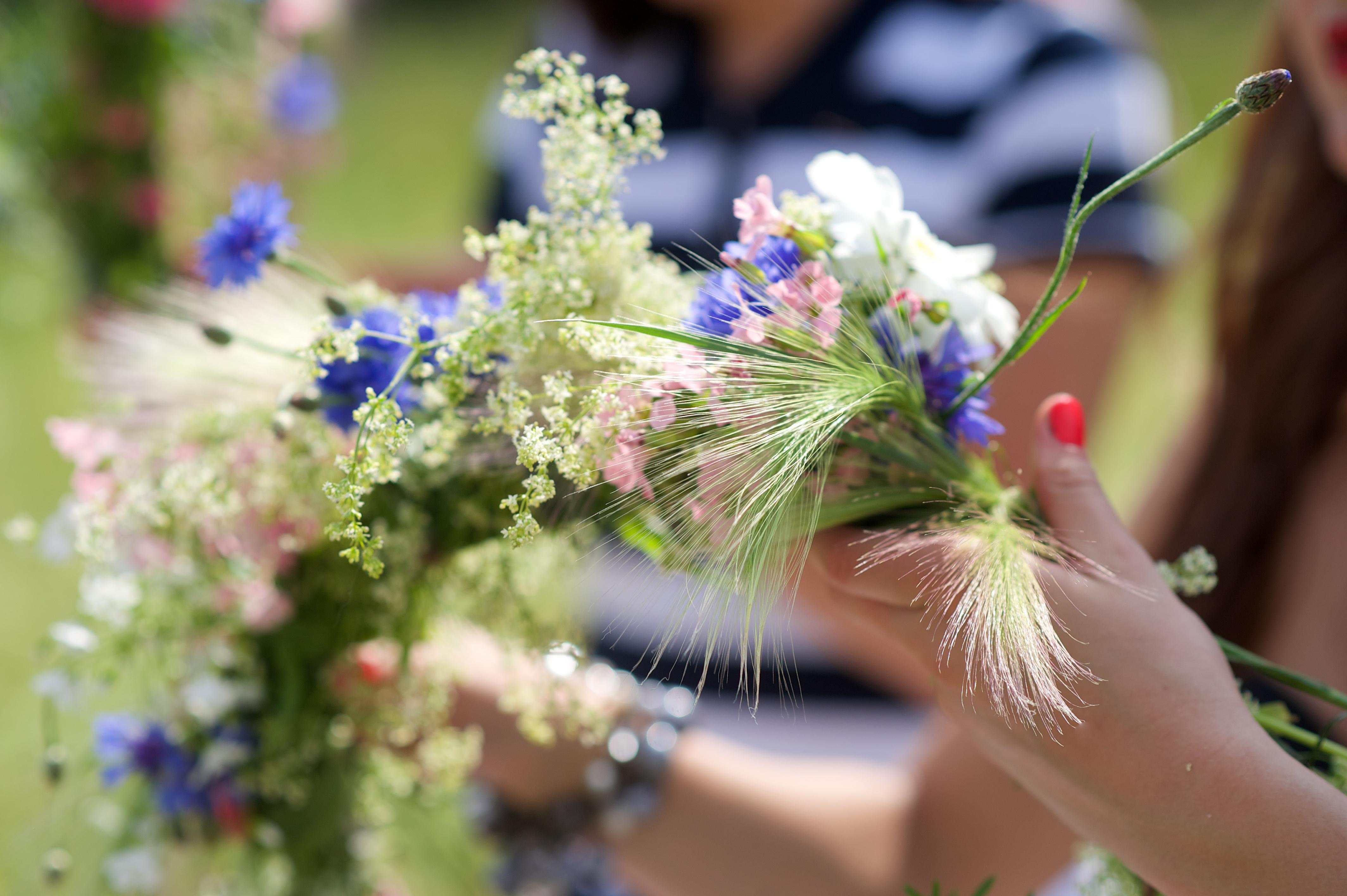 Por la mañana se recogen flores frescas para después tejer las coronas que servirán de tocado a las mujeres.
