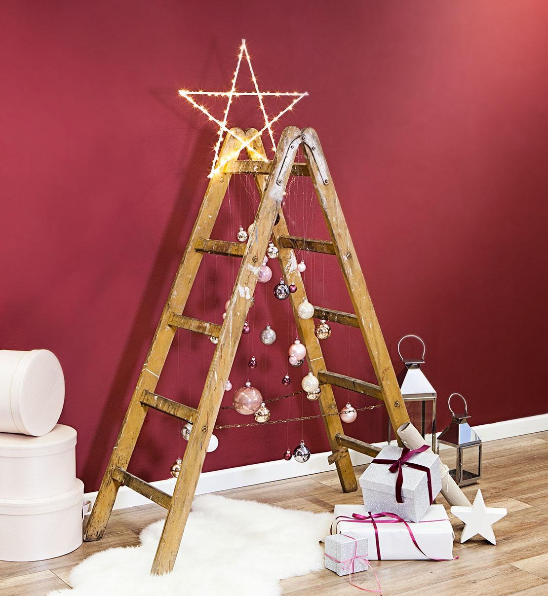 Árbol de Navidad hecho con una escalera