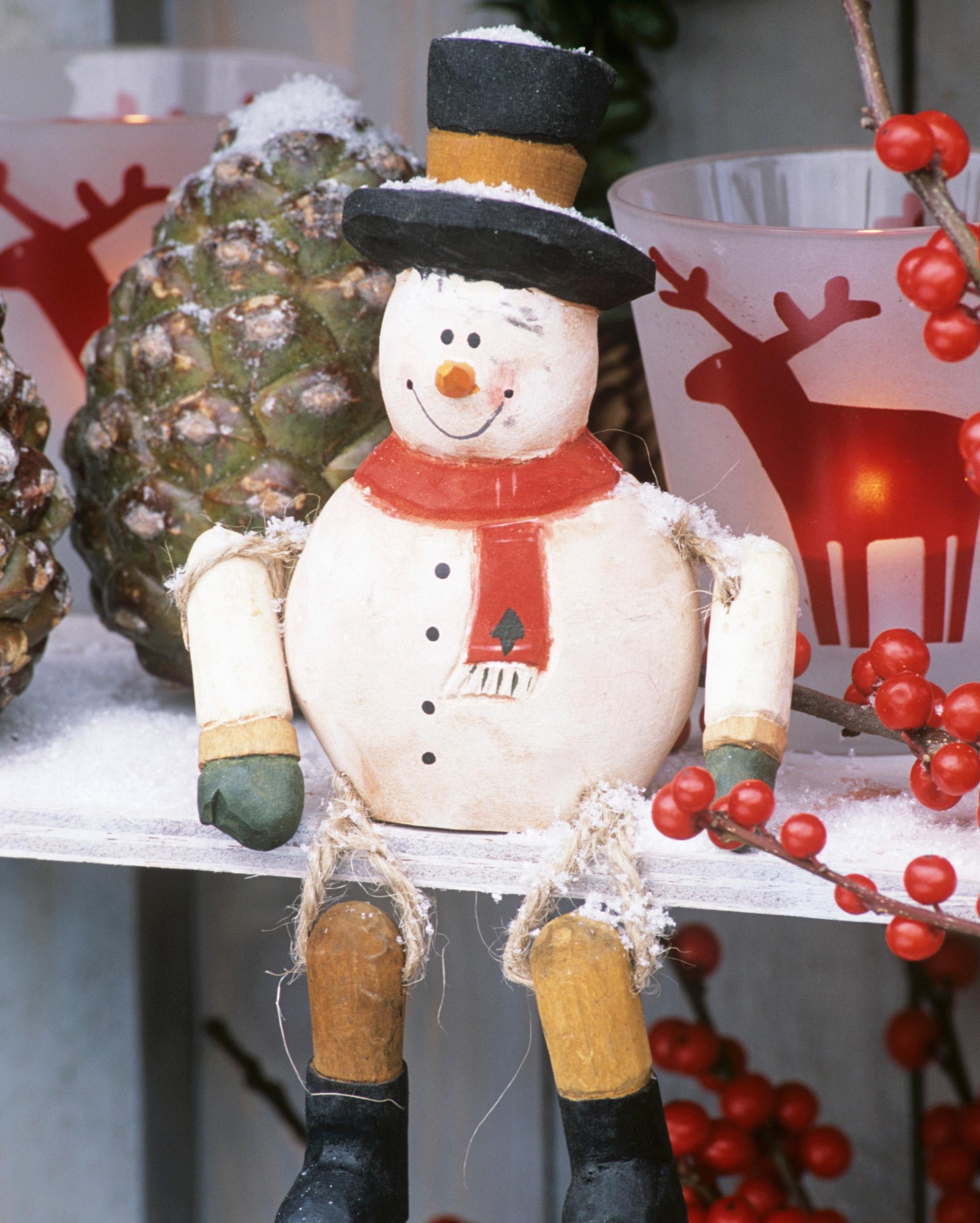 Los muñecos de nieve articulados presiden la estantería