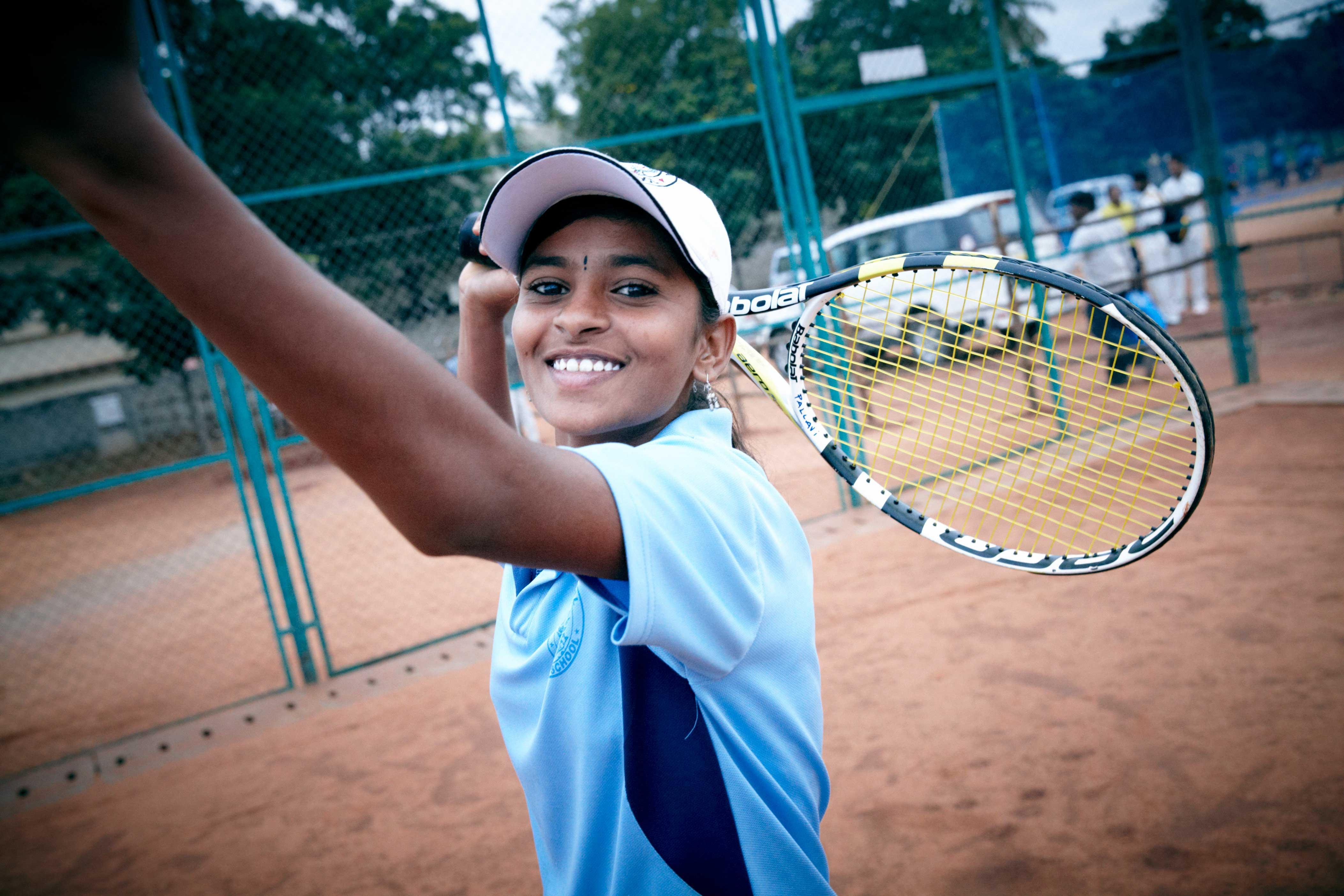 El centro incluye una escuela y cinco pistas de tenis.