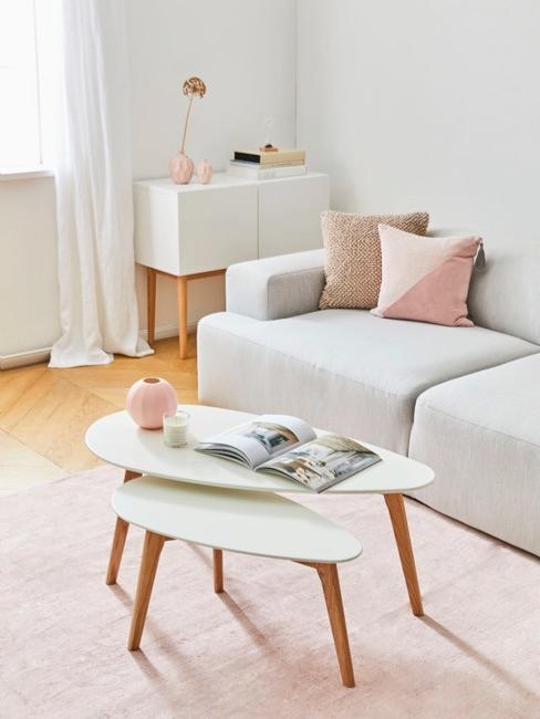 Salotto in stile hygge scandinavo con elementi chiari e luminosi