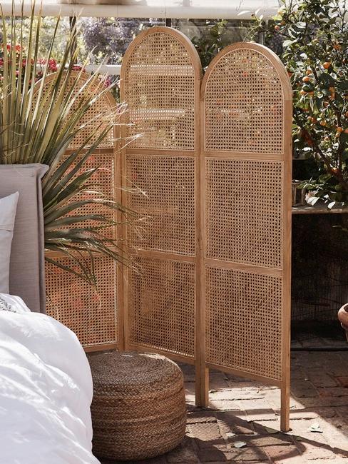 Terasse mit Raumteiler aus Holz