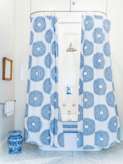 Duschvorhang im Badezimmer in Blau und Weiß,