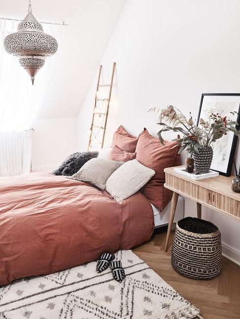 Boho Schlafzimmer rotes Bett
