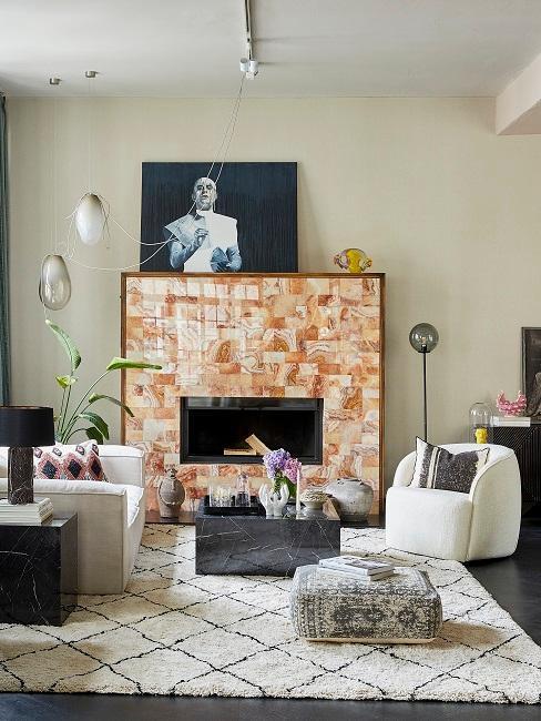Soggiorno di design del designer Chris Glass con divano e poltrona, moquette e tavolino e grande camino del soggiorno