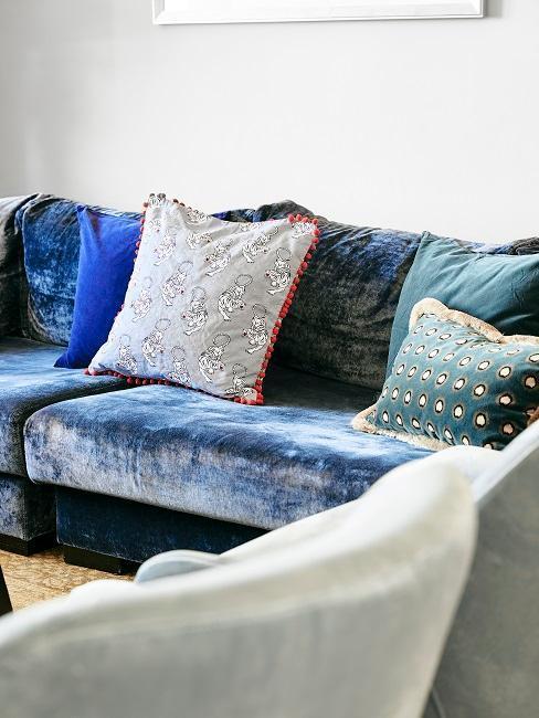 Divano con cuscino decorativo nel salotto di design di Barbara Sturm