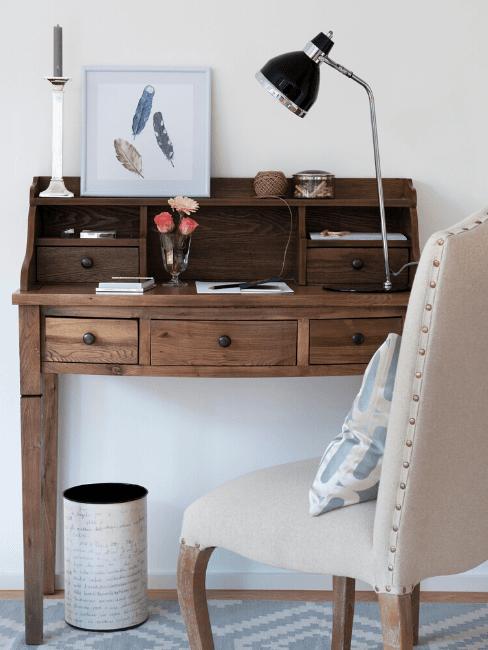 Scrivania vintage in legno con sedia e accessori