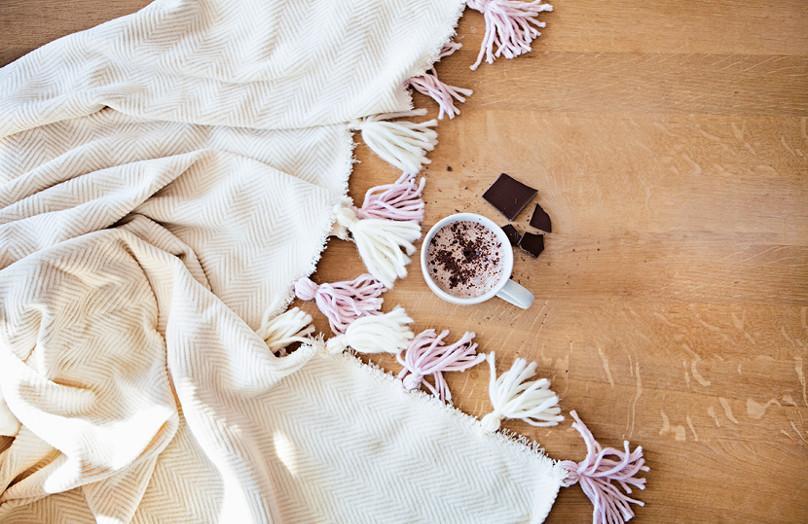 Cómo decorar tu manta con borlas