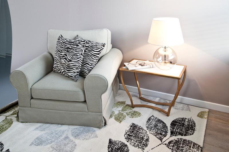Safavieh : fauteuil et lampe
