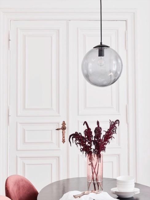Schwarzer runder Esstisch mit kugelförmiger Rauchglas Deckenlampe und Vase aus rotem Rauchglas