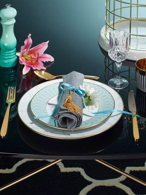 mesa oscura con elementos decorativos de color tuquesa