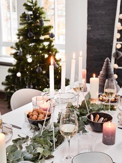 decoración de una mesa navideña y árbol de Navidad