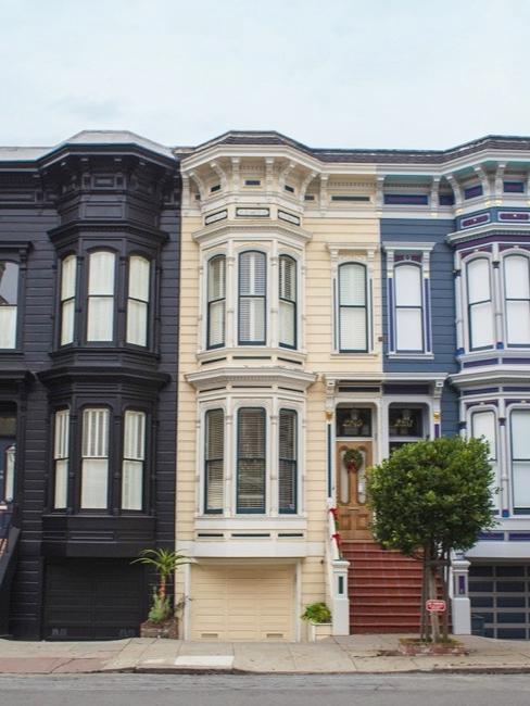 Kolorowe domy szeregowe z wykuszowymi oknami