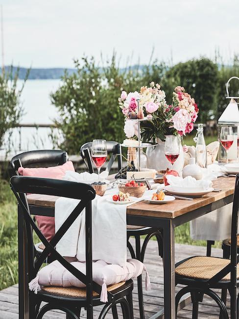 Stół w stylu country ustawiony w ogrodzie