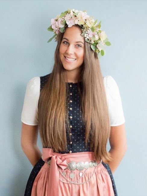 Giovane donna con una corona di fiori fatta in casa tra i capelli