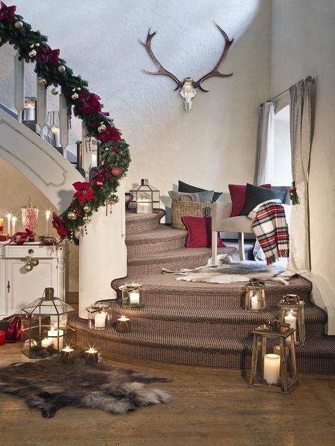 Treppenhaus gestalten mit Laternen, Kissen, Lichtern, Weihnachtsdeko