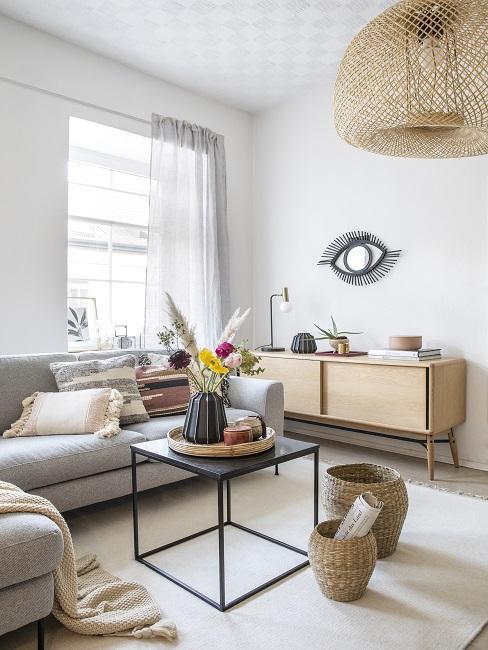 1 Zimmer Wohnung einrichten Wohnzimmer mit Couch, Tisch und Kommode