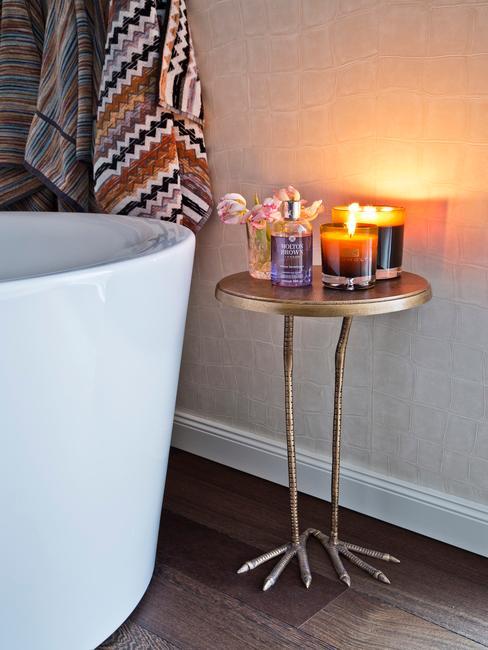 Bañera con mesa auxiliar con velas
