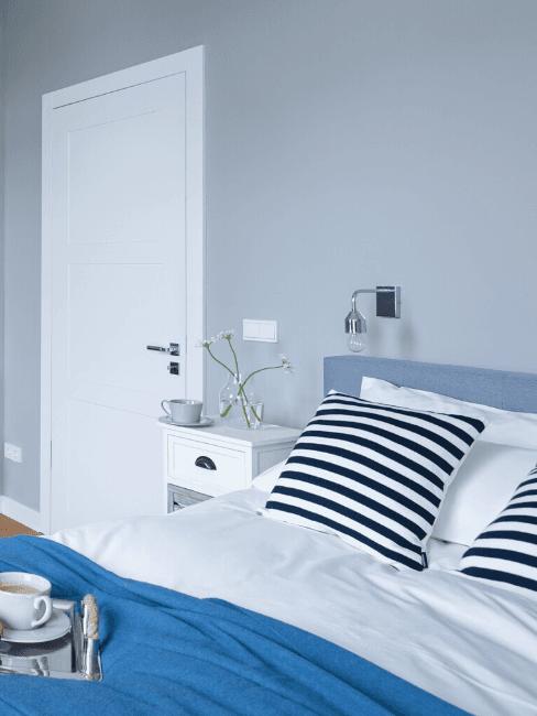 Parete azzurra in camera da letto