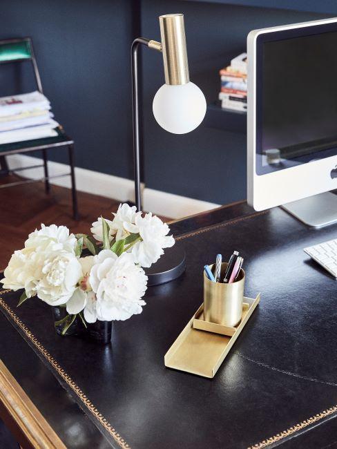 scrivania nera con lampada moderna e computer