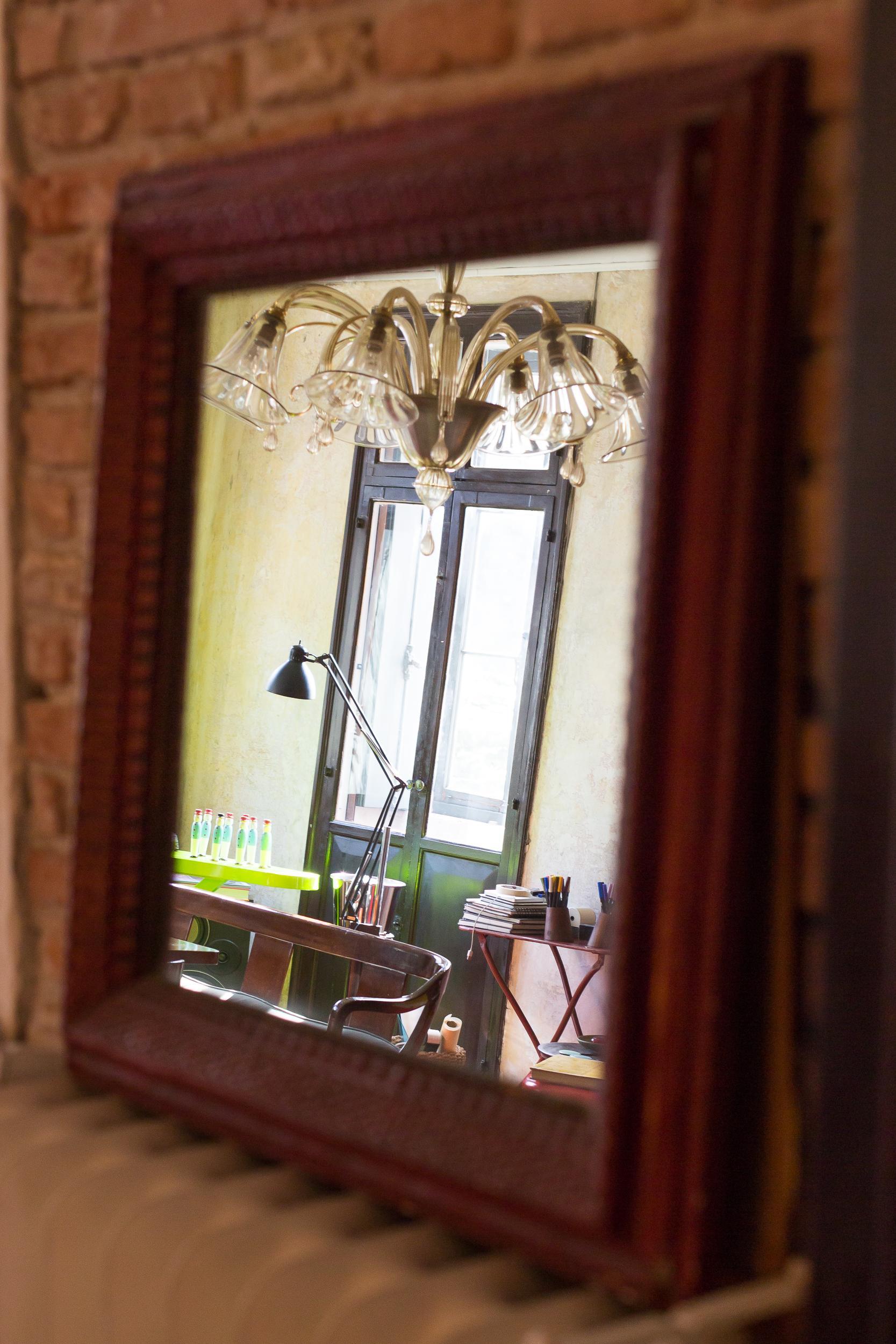 Uno specchio disposto strategicamente in un angolo della stanza conferisce a questa una forte sensazione di luminosità e profondità visiva.