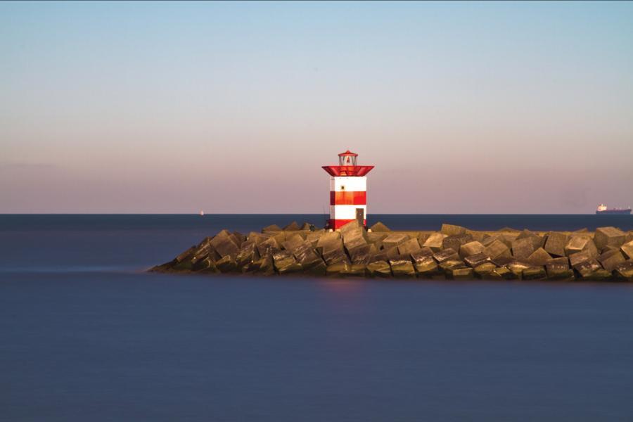 Il molo di Scheveningen si estende nel mare per ben 300 metri, ed è a due livelli: il livello più basso è coperto, mentre quello più alto è all'aperto. Dal punto di osservazione alla fine del molo è possibile osservare tutta Scheveningen.