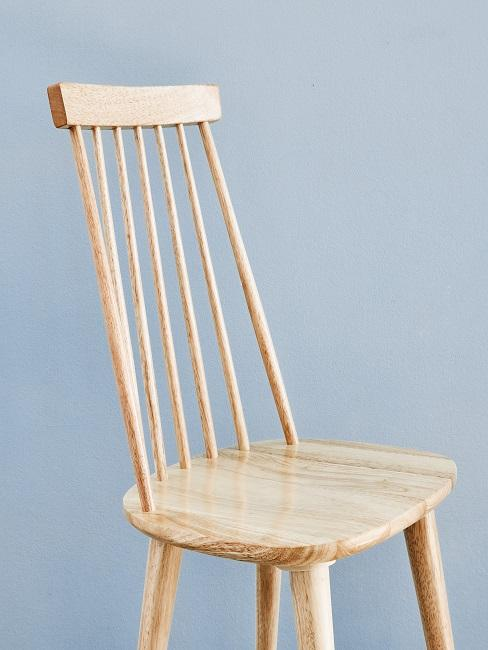 Stuhl aus Holz vor einem hellblauen Hintergrund