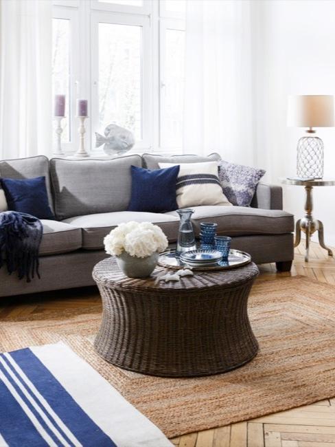 Salorro in stile marittimo con divano grigio e dettagli blu