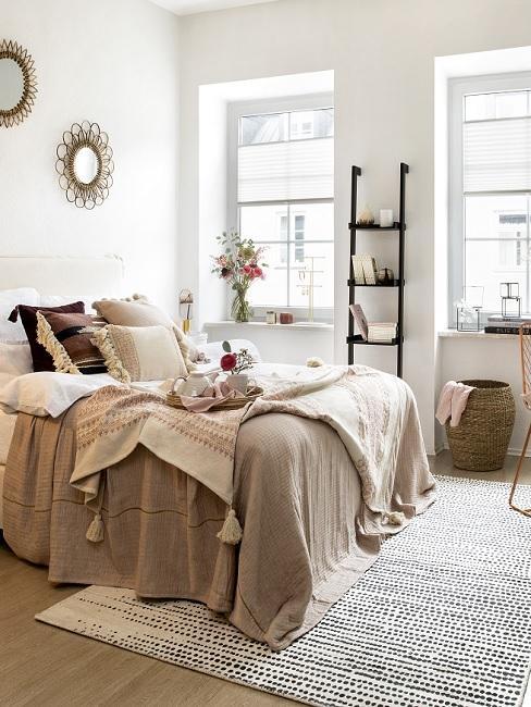 1 Zimmer Wohnung einrichten mit Bett, Dekoleiter, Aufbewahrungskorb und Wanddeko