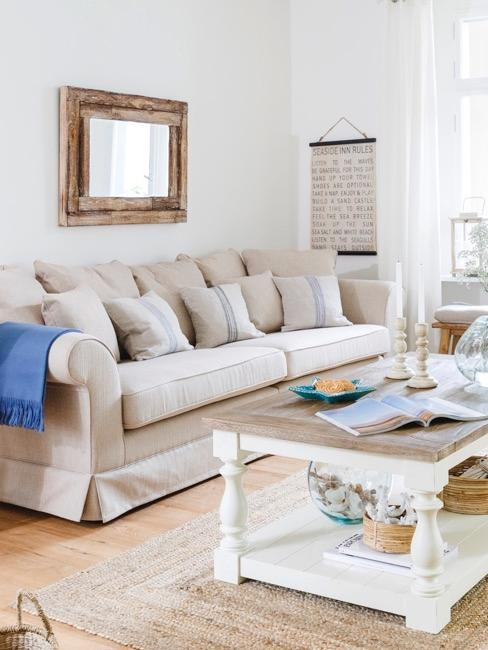 sofá y mesa de centro de color claro en un salón
