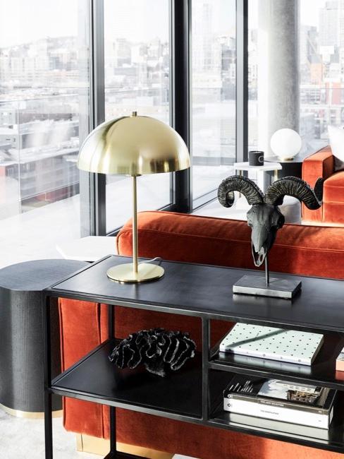 Soggiorno moderno con divano arancione e dettagli in oro